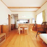 木目の美しさと 温もりを感じさせてくれる 自然素材と 最新設備大収納の注文住宅